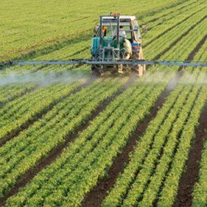 Largage de pesticide par un tracteur