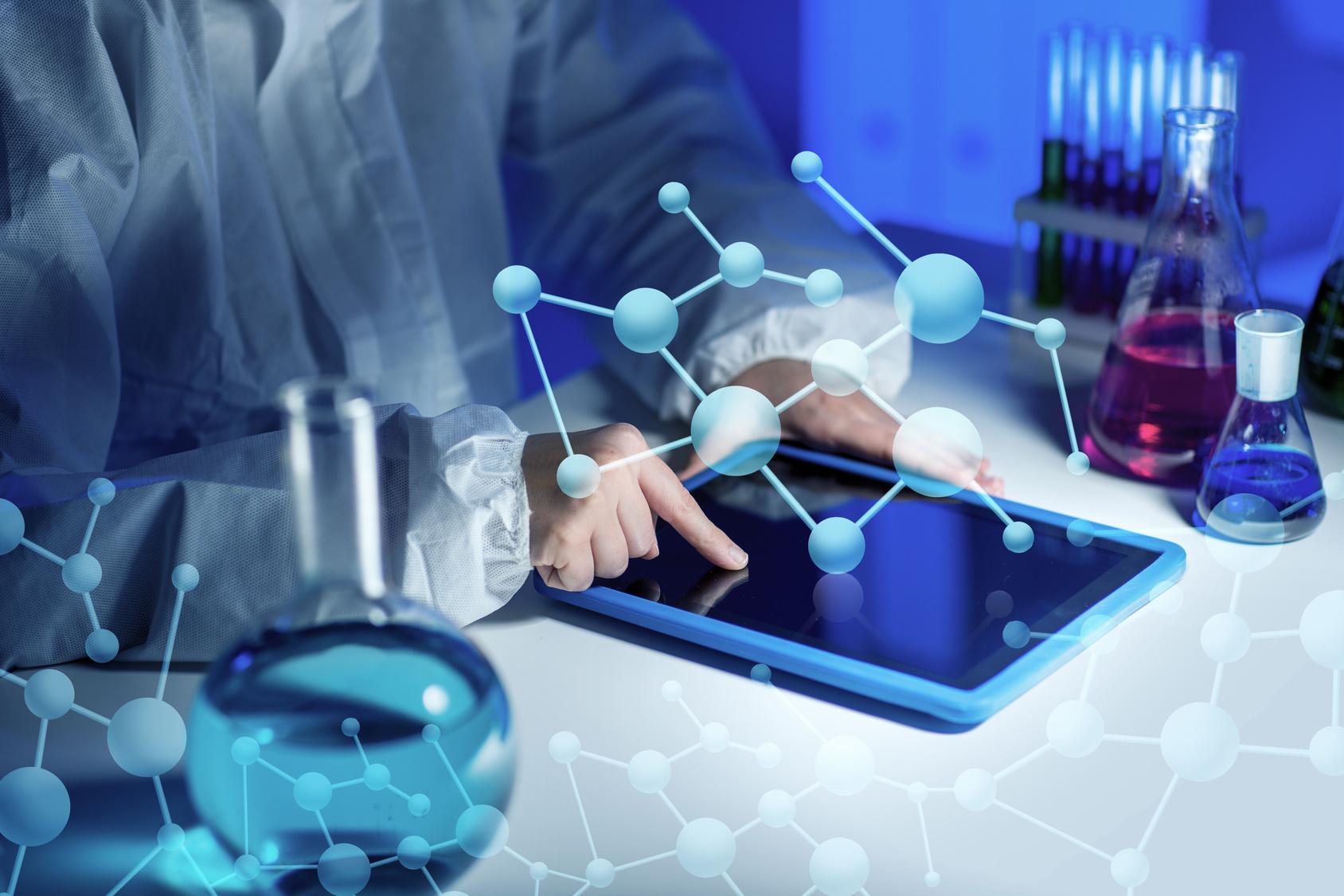 Scientifique avec une tablette dans un laboratoire