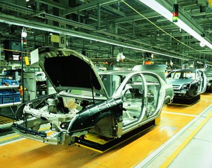 Voitures inachevées dans une usine automobile